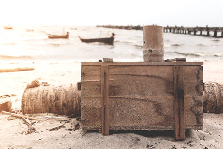 Wood box and wooden cup on sand beach,relax time with beatiful scene Stockfoto