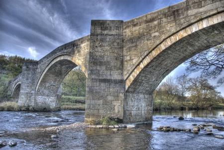 wharfedale: Barden Bridge, puente de piedra a trav�s de la Wharfe en Wharfedale, Yorkshire del Norte