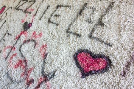 fachada: Una pared con spray de graffiti