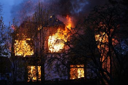 cottage: Casa en llamas