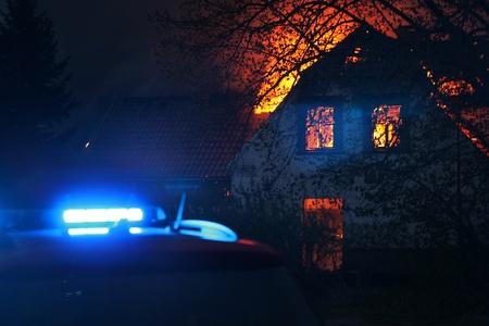 incendio casa: Casa en el fuego con el coche de rescate llegaron