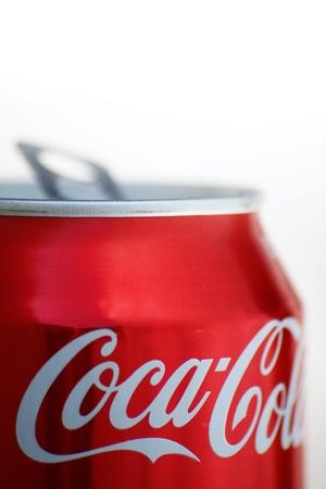 lata de refresco: En seco, abierto, Coca-Cola, en un ambiente de luz dorada