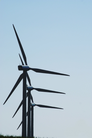vestas: Three windturbines in syncronized rotation Stock Photo
