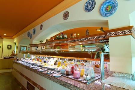 carnes y verduras: desayuno muy delicioso buffet