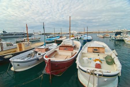 카프리 섬에 항구에서 보트 낚시 스톡 사진