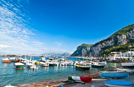 Vissersboten in de baai op het eiland Capri.