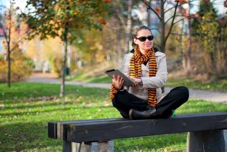 공원에서 PC 정제와 젊은 여자 스톡 사진