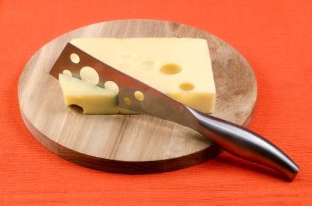 나무 보드에 칼 치즈