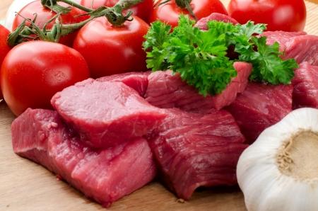 carne cruda: Carni fresche a crudo su tavola di legno