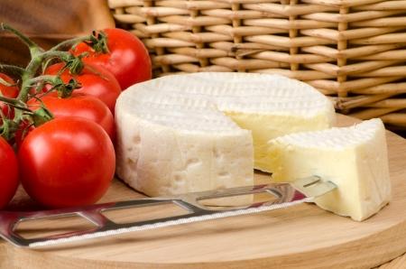 나무 보드에 프랑스 치즈