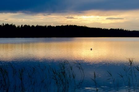 호수에 석양입니다. 핀란드.
