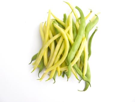 green beans: frijoles verdes y amarillas sobre fondo blanco