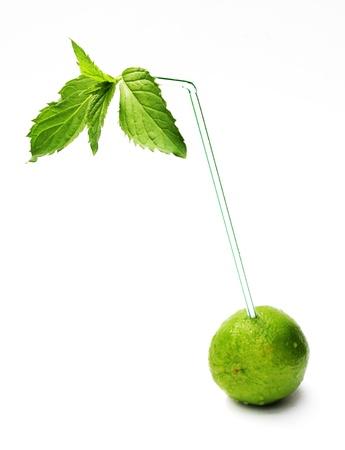 drinking straw: una calce con un bere menta fresca e paglia