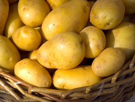 papas: Una cesta llena de patatas frescas