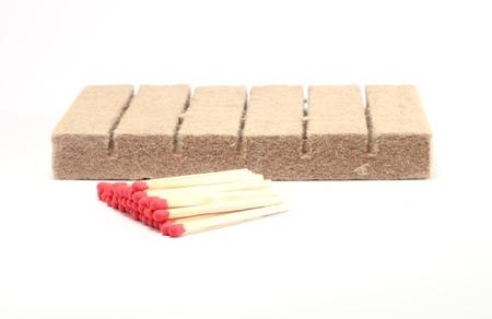 encendedores: fósforos y encendedores de barbacoa aisladas sobre fondo blanco