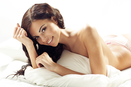pies sexis: Joven dama atractiva morena con sonrisa fabulosa