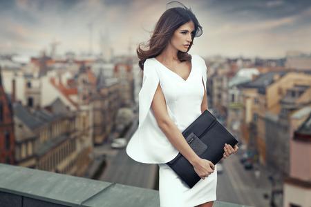 donne eleganti: Smart businesswoman sul tetto dell'edificio Archivio Fotografico