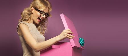 ギフト用の箱を持つ女性のパノラマ写真
