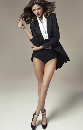 エレガントなブルネットの女性のファッション写真 写真素材