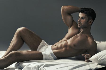 modelos masculinos: Retrato de la joven musculoso