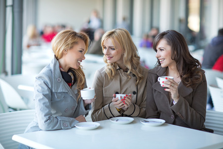 Group of young ladies drinking coffee  Imagens