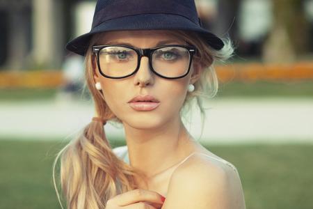 帽子と官能的なブロンド女性のポートレート 写真素材