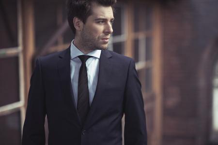 合われたスーツとハンサムな男