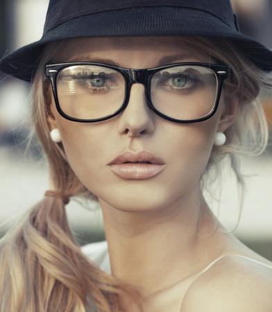 幻想的な唇の繊細な若い女性