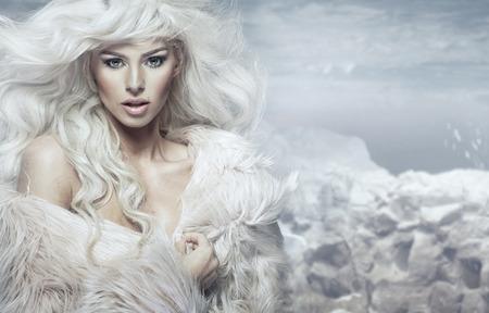 背景には冷たい島を持つ金髪の女性の肖像画