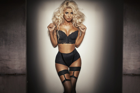 femme blonde: Femme sensuelle avec lingerie noir très sexy Banque d'images