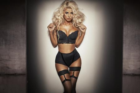 cabello rubio: Mujer sensual con ropa interior negro muy sexy