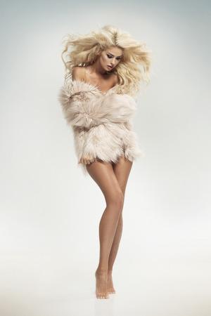 毛皮を着て官能的な金髪の女性 写真素材
