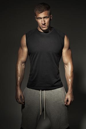 ropa deportiva: Hombre con ropa deportiva Fit y musclar Foto de archivo