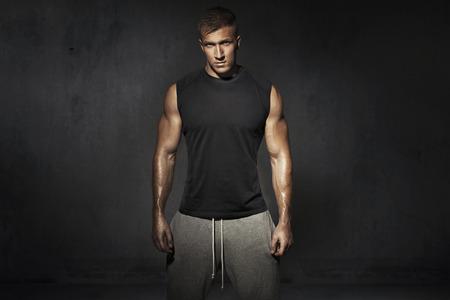訓練中に背の高い、筋肉男