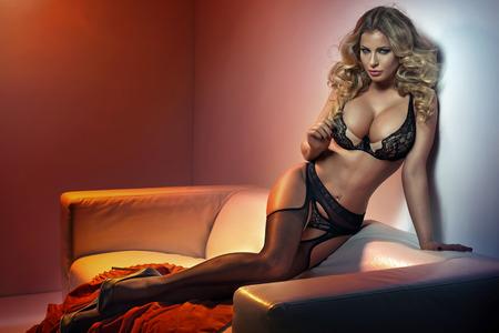 sexy nackte frau: Verführerische Frau mit sexy schwarzen Strümpfen