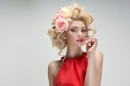 花の髪型と素敵な若い女の子