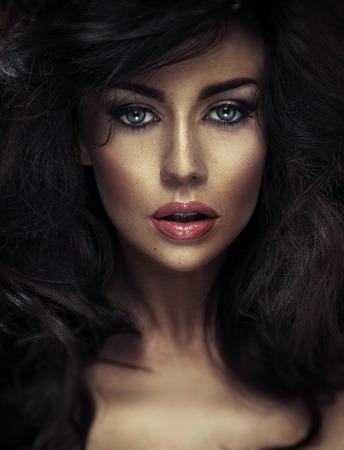 ふわふわの髪型を持つ魅力的な女性のポートレート、クローズ アップ