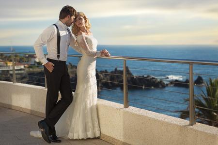 若年層の結婚カップルのロマンチックな写真