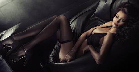 women black: Sexy joven vistiendo ropa interior sensual