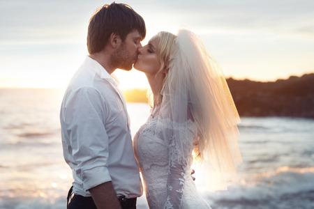 matrimonio feliz: Retrato romántico de una pareja de matrimonio en el amor