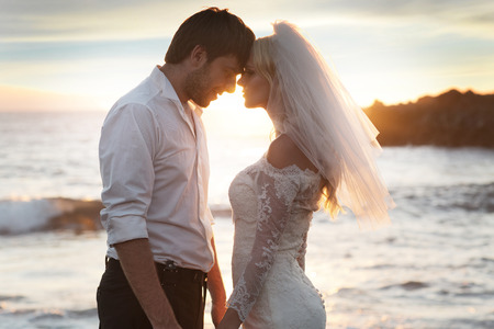 matrimonio feliz: Pares rom�nticos del matrimonio en la luna de miel perfecta Foto de archivo