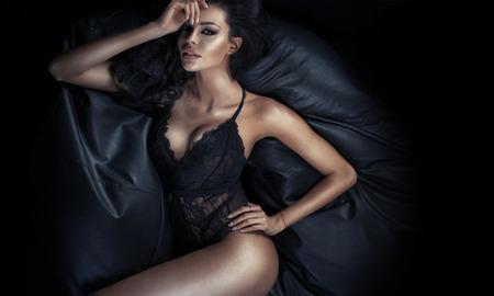 lenceria: Se�ora hermosa morena tumbado en el sof� Foto de archivo