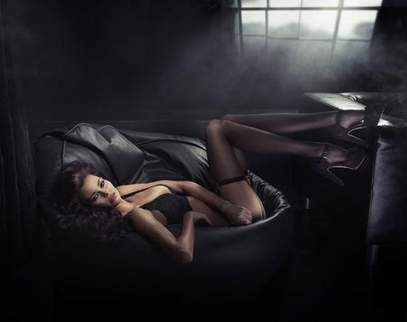 tacones negros: Estilo de la moda retrato de una señora morena seductora