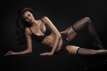 tacones negros: Joven dama Morena delgada vistiendo ropa interior sensual Foto de archivo