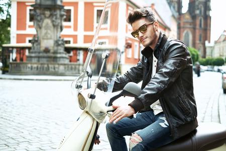 ハンサムな男がバイクを運転