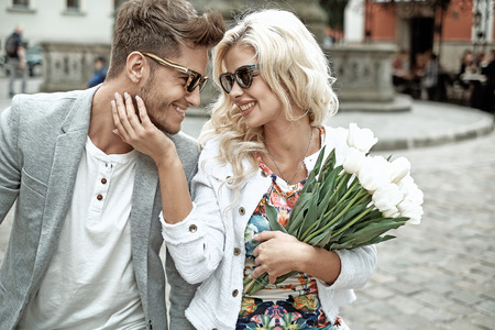 Porträt eines jungen Paar fröhlich auf den ersten ein Datum