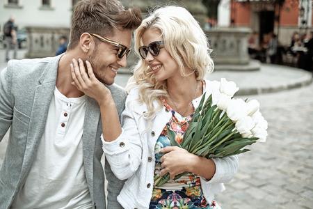 Portrait d'un jeune couple de bonne humeur sur la première date Banque d'images - 50921924
