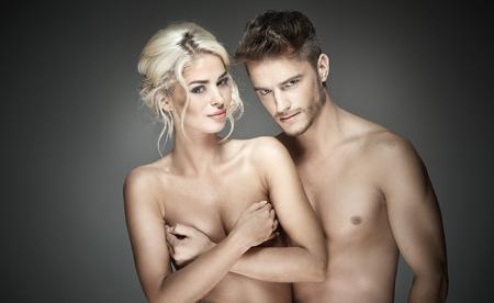 pareja desnuda: Retrato de una joven pareja alegre y desnuda