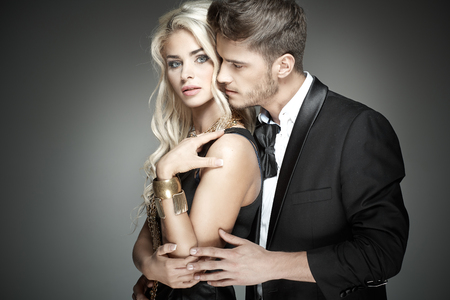 baiser amoureux: Beau mec étreindre sa femme sensuelle