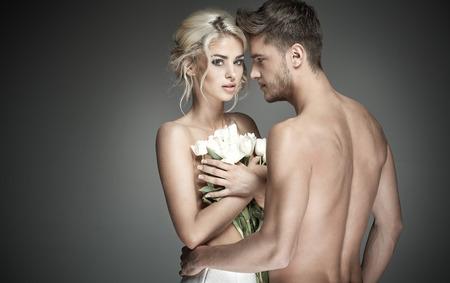 mujer sexy desnuda: Retrato de un individuo hermoso con la celebración de perlas rosas womkan rubias